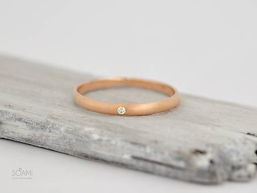 Prstene - 585/1000 zlatý zásnubný prsteň s diamantom (rúžové zlato) - 9761421_