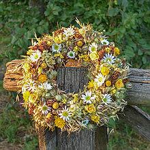 Dekorácie - Prírodný veniec s margarétkami - 9761557_