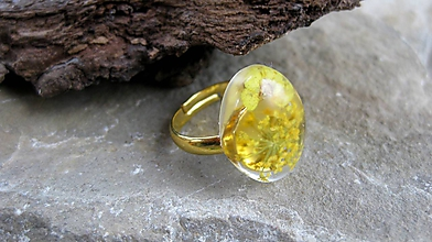 Prstene - Živicový prsteň s kvietkami (so žltými kvietkami č. 2228) - 9761932_