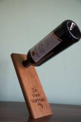 Dekorácie - Magický drevený stojan na víno - 9761968_