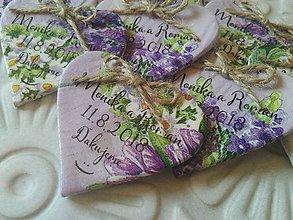 Darčeky pre svadobčanov - fialové svadobné magnetky s kvetmi - 9764258_