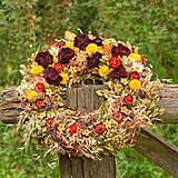 Prírodný veniec so sušenými ružami