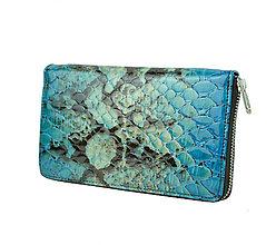 Peňaženky - Dámska kožená peňaženka so vzorom hadiny v modrej farbe - 9769792_