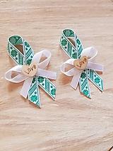 pierka so zelenými štvorlístkami a dreveným srdiečkom pre rodičov, svedkov