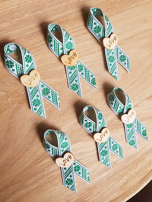 pierka so zelenými štvorlístkami a dreveným srdiečkom