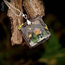 Náhrdelníky - Orchidea v lese - prívesok zo živice na retiazke - 9777185_