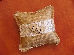 Prstene - Vintage vankúšik s drevenými srdiečkami - gombíkmi - 9778508_