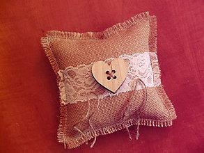 Prstene - Vintage vankúšik s dreveným srdiečkom - gombíkom - 9778526_