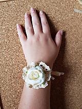náramok s krémovo-bielou ružou a krémovou krajkou