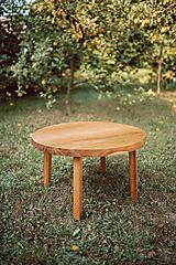 Kruhový konferenčný stolík s drevenými nožičkami