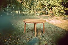 Nábytok - Kruhový konferenčný stolík s drevenými nožičkami - 9782784_