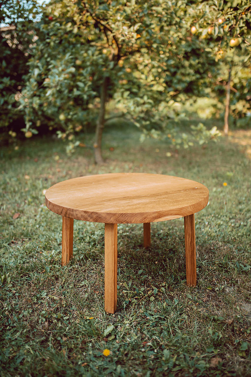 Nábytok - Kruhový konferenčný stolík s drevenými nožičkami - 9782781_