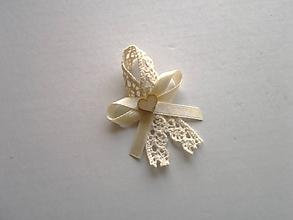 Pierka - pierko krémové s krajkou, saténovou stuhou a dreveným srdiečkom - 9784194_