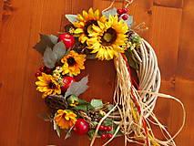 Dekorácie - Veniec so slnečnicami a jabĺčkami  a rafiou 35cm - 9784420_