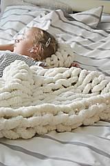 - Rukami pletená deka/koberček