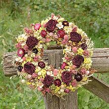 Dekorácie - Prírodný venček so sušenými ružami - 9790515_