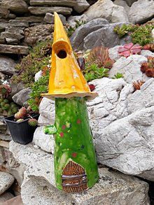 Dekorácie - Zahradný keramický domček so žltou strechou - 9792424_