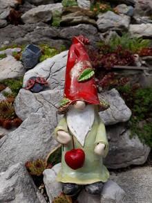 Dekorácie - Keramický trpaslík s jablkom - 9792683_