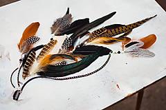 Ozdoby do vlasov - Bohatý prírodný hair clip z peria a eko kože - 9791281_