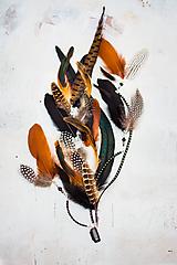 Ozdoby do vlasov - Bohatý prírodný hair clip z peria a eko kože - 9791282_