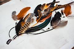 Ozdoby do vlasov - Bohatý prírodný hair clip z peria a eko kože - 9791285_