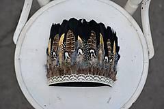 Ozdoby do vlasov - Prírodna bohémska čelenka so zlatým pierkom - 9791581_