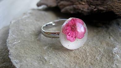 Prstene - Živicový prsteň s kvietkami (ružový kvet č. 2251) - 9795518_
