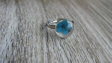 Prstene - Živicový prsteň s kvietkami (modrý kvietok č. 2256) - 9795668_