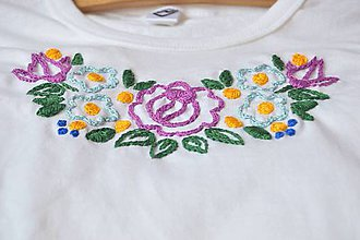 Tričká - Ručne vyšívané tričko s ľudovým vzorom - 9796904_