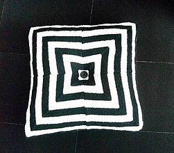 Úžitkový textil - Pletený vankúš s gombíkom bielo-čierny - 9796109_