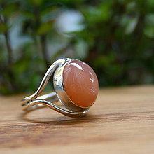 Prstene - Strieborný prsteň s marhuľovým moonstonom - 9797544_
