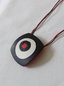 Náhrdelníky - náhrdelník čierno-biely s červeným štvorcom - 9801301_