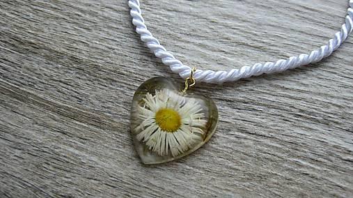 Srdiečko s kvietkami - živicový náhrdelník (sedmokráska + mach č. 2267) 743591a89f3