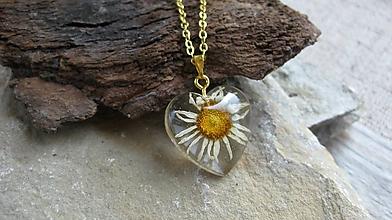 Náhrdelníky - Srdiečko s kvietkami - živicový náhrdelník (margarétka menšie srdiečko č. 2265) - 9801815_