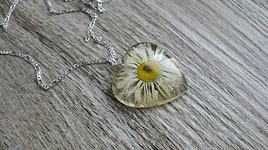 Náhrdelníky - Srdiečko s kvietkami - živicový náhrdelník (sedmokráska väčšie srdiečko č. 2266) - 9801829_