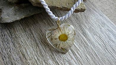 Náhrdelníky - Srdiečko s kvietkami - živicový náhrdelník (sedmokráska + mach č. 2267) - 9801854_