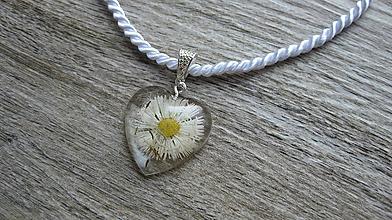 Náhrdelníky - Srdiečko s kvietkami - živicový náhrdelník (sedmokráska + semienka púpavy č. 2270) - 9801900_