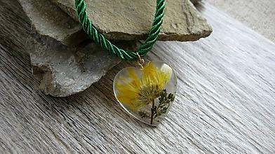 Náhrdelníky - Srdiečko s kvietkami - živicový náhrdelník (nechtík lekársky č. 2271) - 9801908_