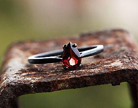 Prstene - Patinovaný s kvapkou granátu - 9810564_