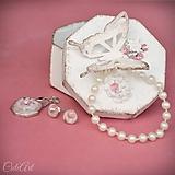 Sady šperkov - Motýľ a rosa - sada prívesku a náušníc v darčekovej krabičke - 9810535_