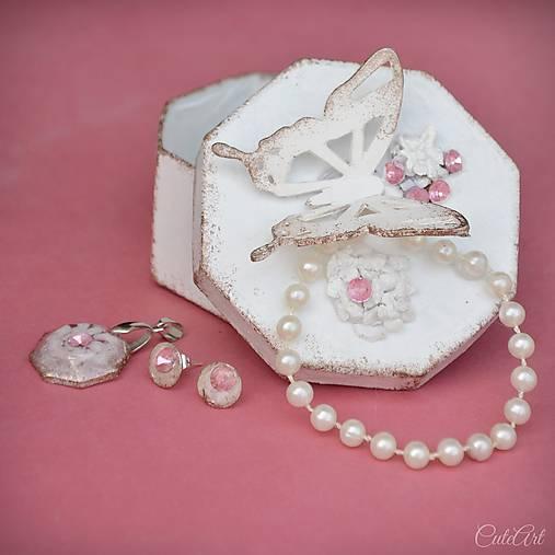 Motýľ a rosa - sada prívesku a náušníc v darčekovej krabičke