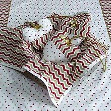 Úžitkový textil - Zlato červený chevron a bodky na smotanovej - vianočný štvorcový obrúsok 40x40 - 9810917_