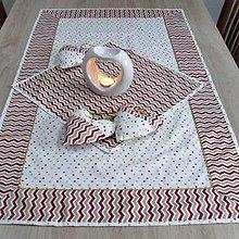 Úžitkový textil - Zlato červený chevron a bodky na smotanovej - vianočný dekoračný obrus 102x58 - 9811337_