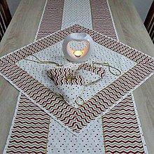 Úžitkový textil - Zlato červený chevron a bodky na smotanovej - vianočný štvorcový obrus 58x58 - 9811442_