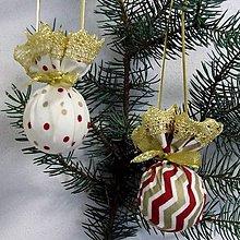 Úžitkový textil - Zlato červený chevron a bodky na smotanovej - dekoračné závesné gule - 9811496_