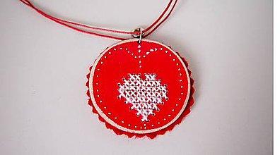 Náhrdelníky - Náhrdelník cčervený s vyšívaným srdiečkom FOLK - 9817333_