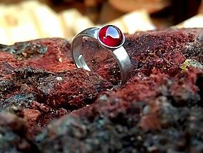 Prstene - ZĽAVA! Strieborný prsteň s prírodným granátom - 9817571_