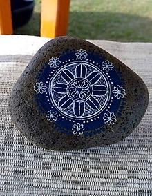 Dekorácie - Biela kresba na modrom kruhu - Na kameni maľované - 9816815_