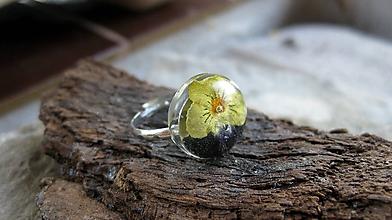 Prstene - Živicový prsteň s kvietkami - chirurgická oceľ (sirôtka č. 2280) - 9815271_