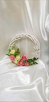 Nežný venček na dvere z bieleho prútia a ružových ruží